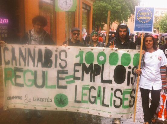 Toulouse, le 1er mai 2015 dans les rues du centre-ville, avec le groupe local Chanvre & Violette de l'association Chanvre & Libertés.
