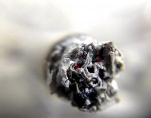 Cendre cigarette allumée