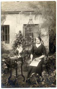 Une femme dans son jardin vers 1910 cannabis